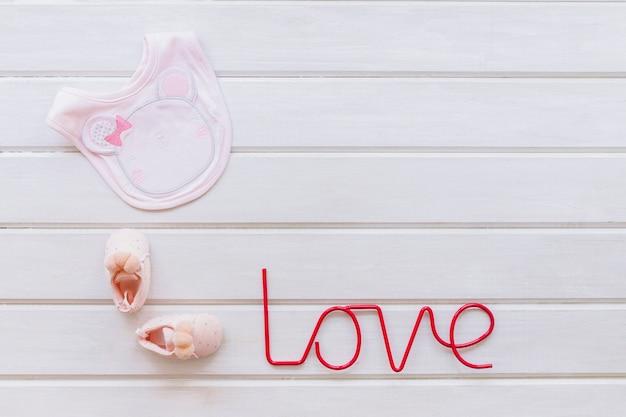Concept nouveau-né mignon avec bavoir