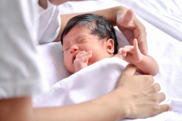 Concept nouveau-né. les nouveau-nés dorment dans un lit. le bébé est dans la chambre blanche.