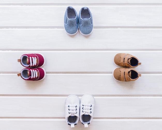 Concept nouveau-né avec quatre paires de chaussures