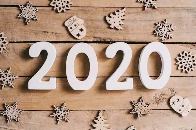 Concept de nouvel an 2020 sur table en bois et fond de décoration de noël.
