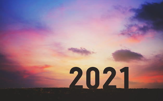 Concept de nouvel an 2021 avec ciel coucher de soleil et fond de montagne, style silhouette