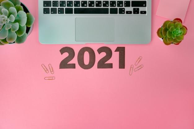 Concept de nouvel an 2021 sur fond rose