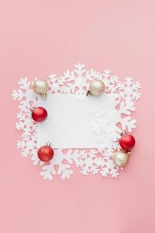 Concept de nouvel an. liste des objectifs dans le bloc-notes, la boîte-cadeau et la décoration de noël, couleur rose pastel avec espace pour copie