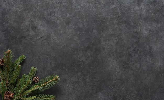 Concept de nouvel an. sapin sur une table en béton noir. vue d'en-haut.