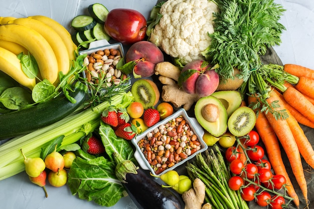 Concept de nutrition équilibrée pour une alimentation alcaline propre. assortiment d'ingrédients alimentaires sains pour cuisiner sur une table de cuisine. vue de dessus fond plat