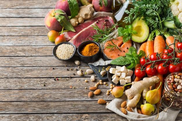 Concept de nutrition équilibrée pour un régime méditerranéen flexitarien propre. assortiment d'ingrédients alimentaires sains pour cuisiner sur une table de cuisine en bois.