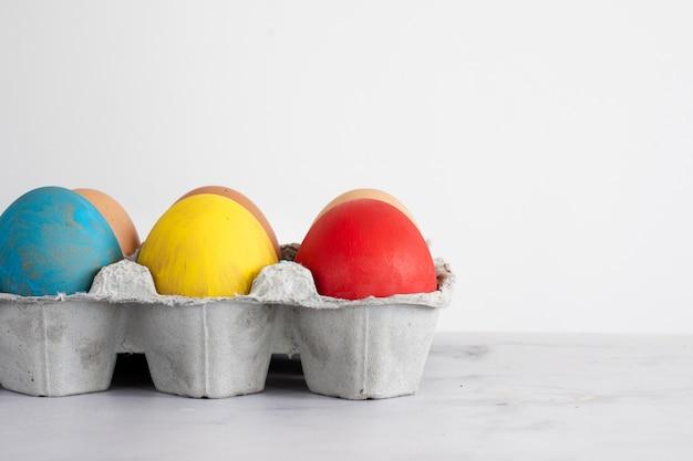 Concept d'oeufs de pâques colorés traditionnels