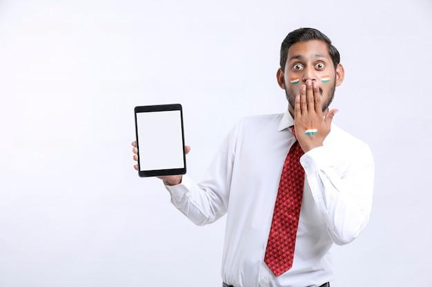 Concept D'offre De Jour De L'indépendance : Jeune Indien Montrant Un Smartphone. Photo Premium