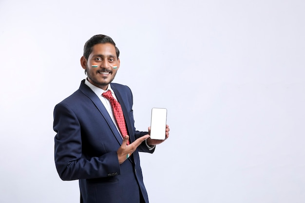 Concept d'offre de jour de l'indépendance : jeune indien montrant un smartphone.