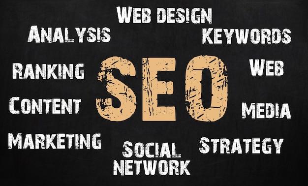 Concept d'optimisation de moteur de recherche écrit sur le tableau noir.
