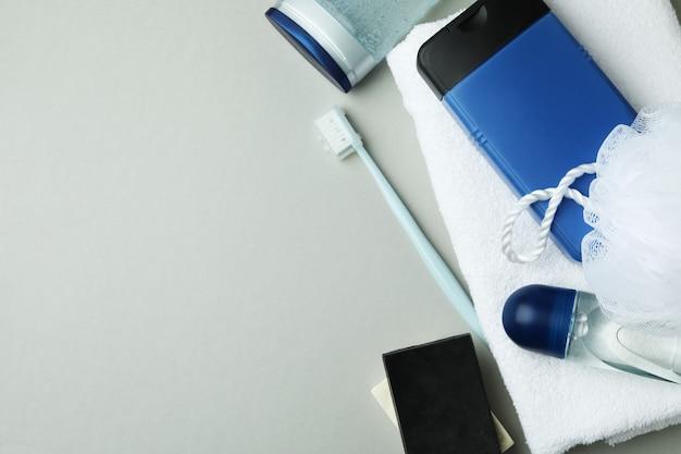 Concept d'outils d'hygiène pour hommes sur fond isolé gris clair