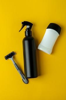 Concept d'outils d'hygiène pour hommes sur fond isolé jaune