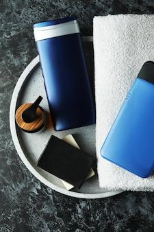Concept d'outils d'hygiène pour hommes sur table smokey noir