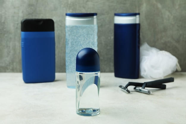 Concept d'outils d'hygiène pour hommes sur table texturée blanche