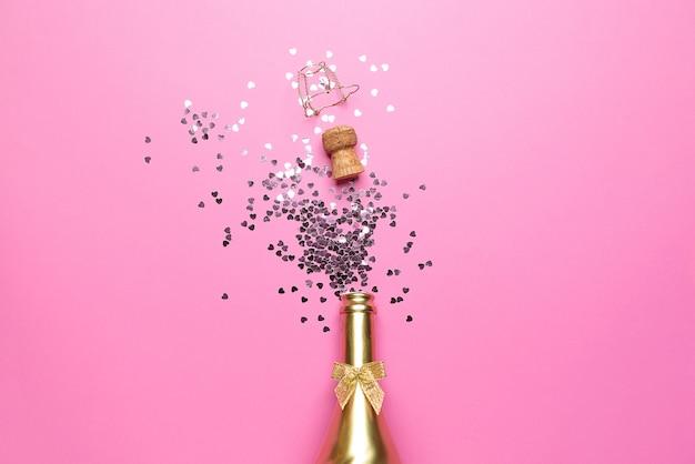 Concept d'ouverture d'une chère bouteille de champagne dorée dédiée à la célébration