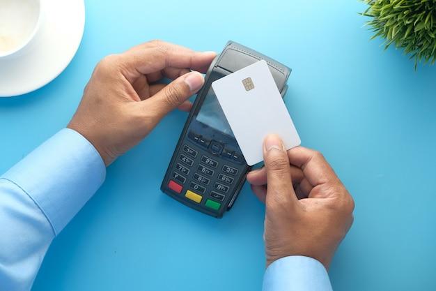 Concept de paiement sans contact avec la main de la personne payant par carte de crédit