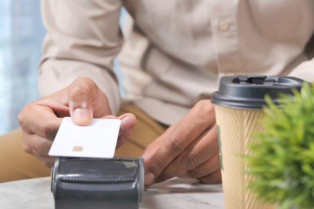 Concept de paiement sans contact avec terminal de paiement de charge à partir d'une carte