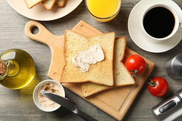 Concept de pain grillé sur table grise