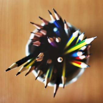 Concept de papeterie aiguisée au crayon de couleur