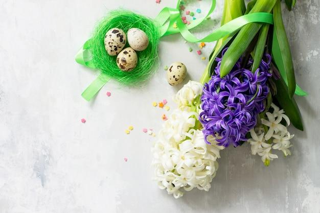 Concept de pâques bouquet de fleurs de jacinthe de printemps et décor de pâques sur fond de pierre