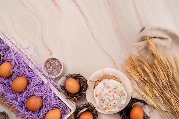 Concept de pâques. cuisson et cuisson. ingrédients de gâteau de pâques sur la vue de dessus de table en marbre blanc plat poser avec copie espace