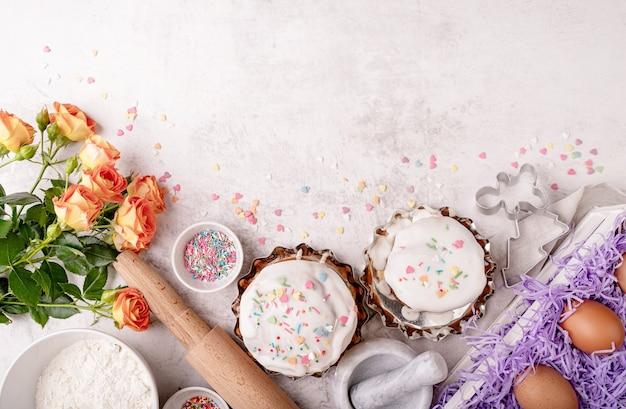 Concept de pâques. cuisson et cuisson. ingrédients de gâteau de pâques sur la vue de dessus de table whitemarble télévision lay with copy space