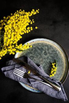 Concept de pâques avec mimosa