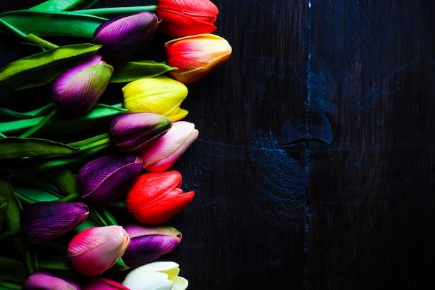 Concept de pâques avec des tulipes et des œufs