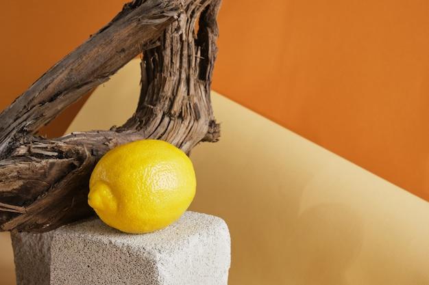 Concept de parfum au parfum de citron, citron avec un spray de parfum sur un podium en béton sur fond de bois flotté