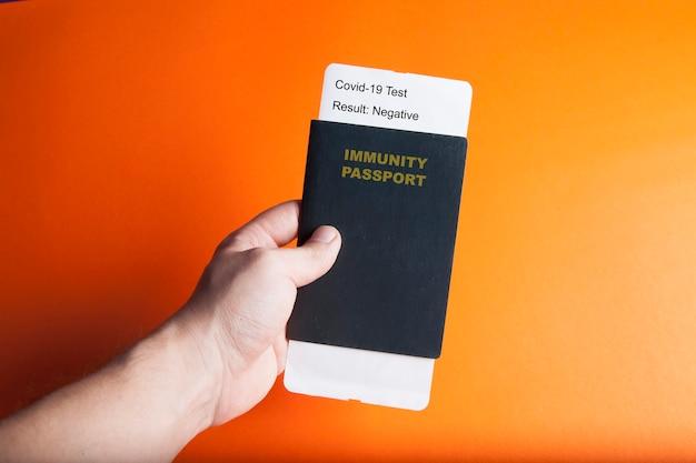 Concept d'un passeport d'immunité et test négatif de covid-19