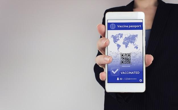 Concept de passeport de vaccin covid-19. certificat de vaccination numérique pour covid-19 sur smarfone en main.