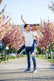 Concept de passion et d'amour. homme et femme s'embrassant dans un jardin fleuri le jour du printemps.