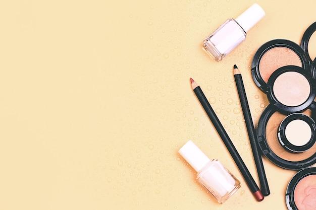 Concept de pastel naturel cosmétique. produits cosmétiques pour le maquillage sur fond beige pastel. une base pour un maquillage neutre. mise au point sélective très douce