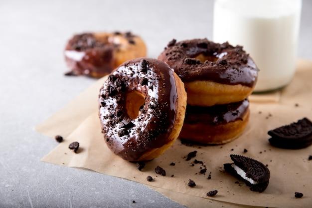 Concept de pâtisseries. beignets avec glaçage au chocolat et biscuits au chocolat