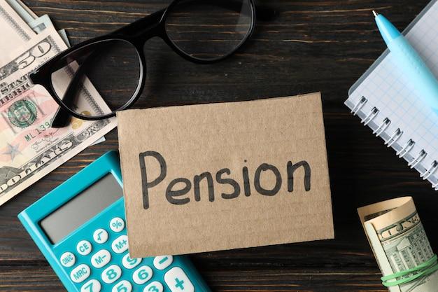 Concept de pension avec inscription pension sur bois, vue de dessus