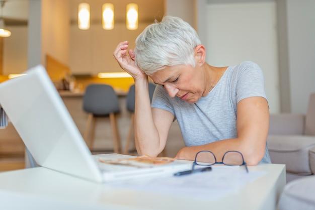 Concept de personnes âgées et de technologie