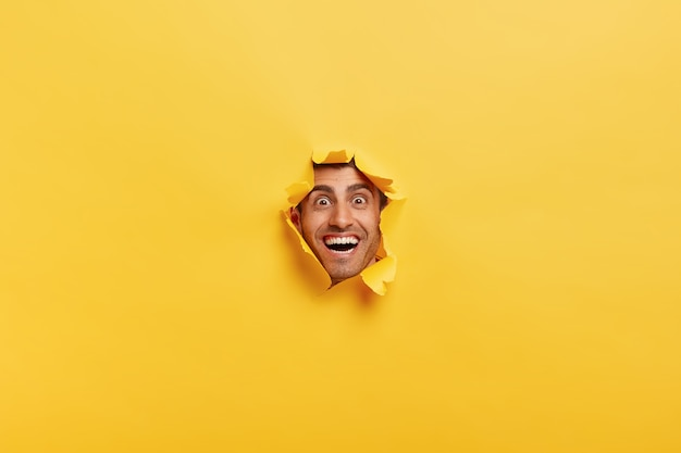Concept de personnes et de bonheur. joyeux jeune homme drôle avec des poils épais