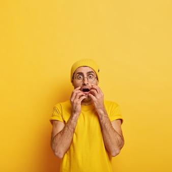 Concept de personnes et d'émotions. un homme adulte stupéfait, choqué, réagit à de terribles nouvelles choquantes, halète de peur