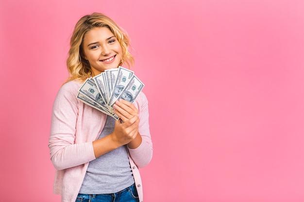 Concept de personnes - fille adolescente souriante en pull tenant des centaines de billets en argent