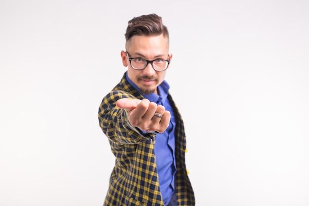 Concept de personnes et de geste - jeune homme vous invite à aller avec lui, souriant, portant des lunettes