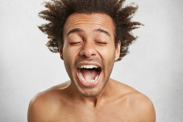 Concept de personnes, langage corporel et émotions positives. émotionnel heureux étonné de race mixte