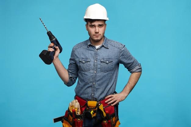 Concept de personnes, de réparation, d'équipement et de rénovation.