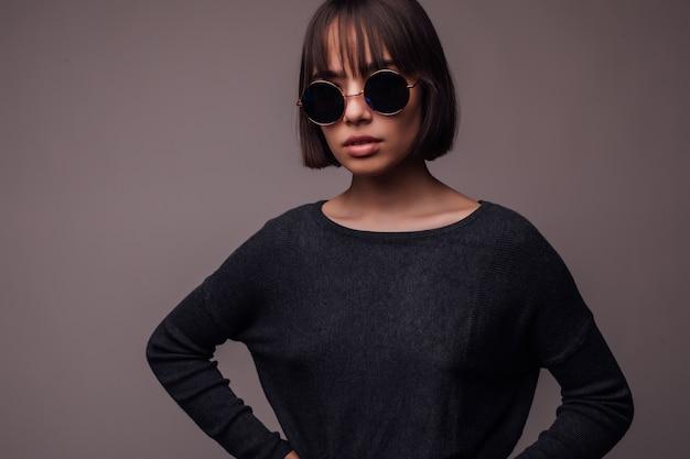 Concept de personnes, de style et de mode - heureuse jeune femme ou adolescente en vêtements décontractés et lunettes de soleil