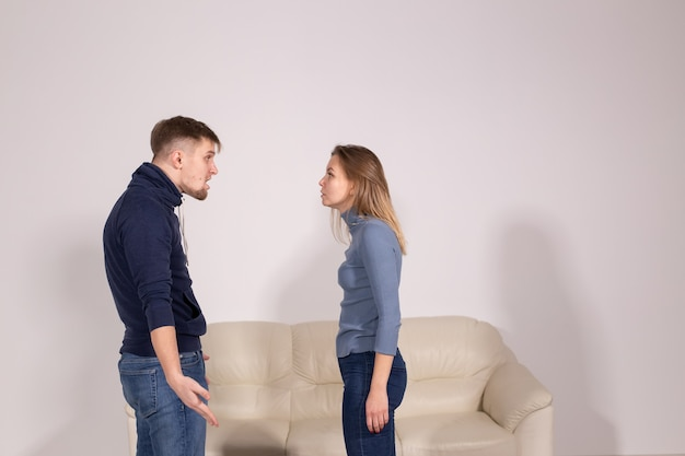 Concept de personnes, de violence domestique et d'abus - jeune couple criant les uns aux autres