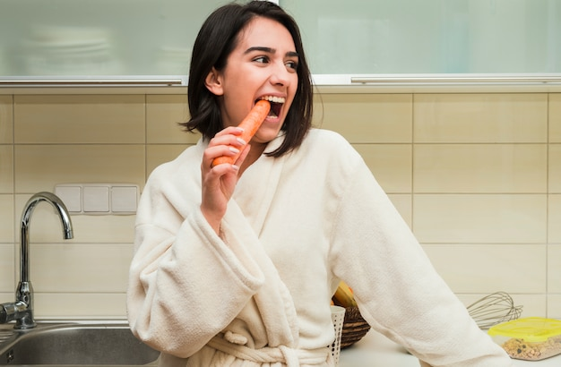 Concept de petit déjeuner avec femme heureuse