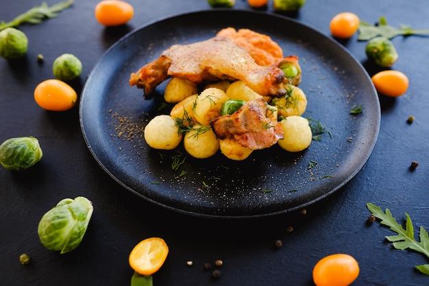 Concept de petit-déjeuner plat de cuisse de poulet prêt à l'emploi. photographie culinaire. repas nutritif.