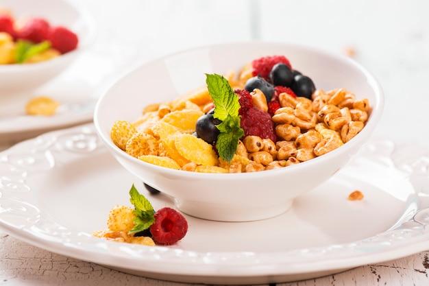 Concept de petit-déjeuner sain au muesli et baies fraîches.