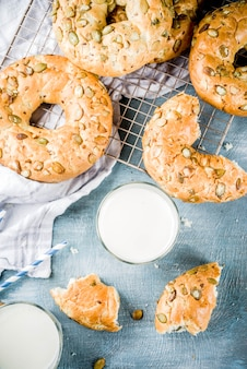 Concept de petit-déjeuner sain, bagels de céréales faits maison avec verre de lait