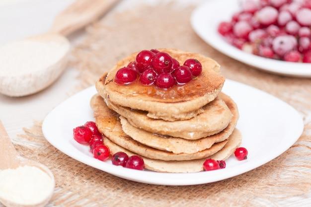 Concept de petit-déjeuner sain. crêpes sans gluten à base de farine de maïs et d'avoine.