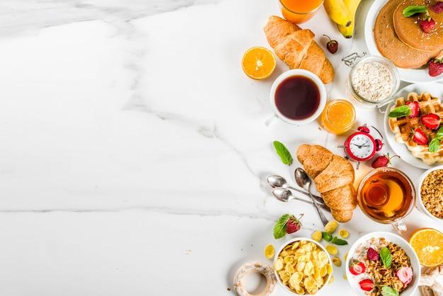 Concept de petit déjeuner sain, divers plats du matin - crêpes